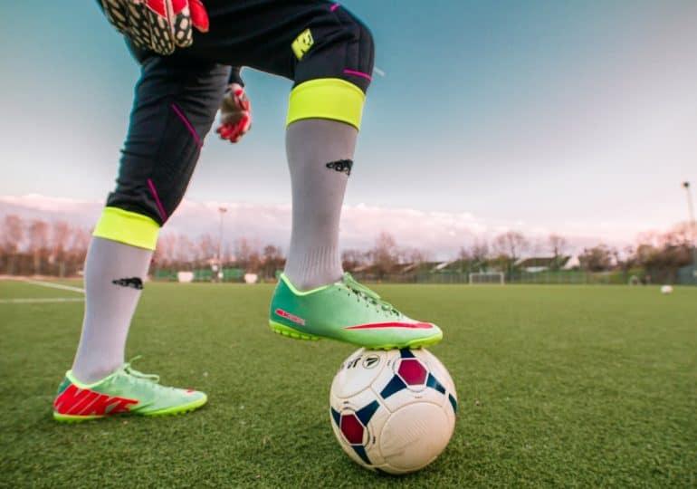 Jak właściwie dostosować obuwie piłkarskie do rodzaju nawierzchni?