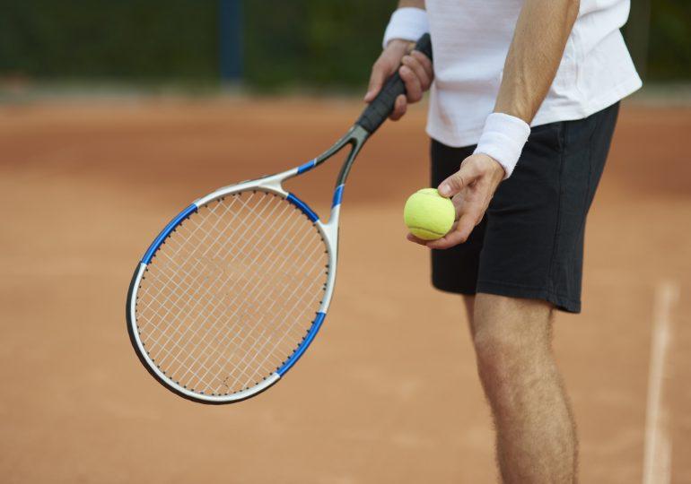 Skuteczny serwis w tenisie ziemnym – jak opanować ten element gry?