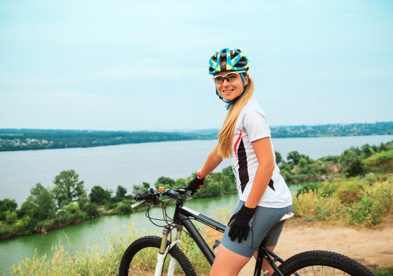 Jak się ubrać na rower w sezonie letnim?