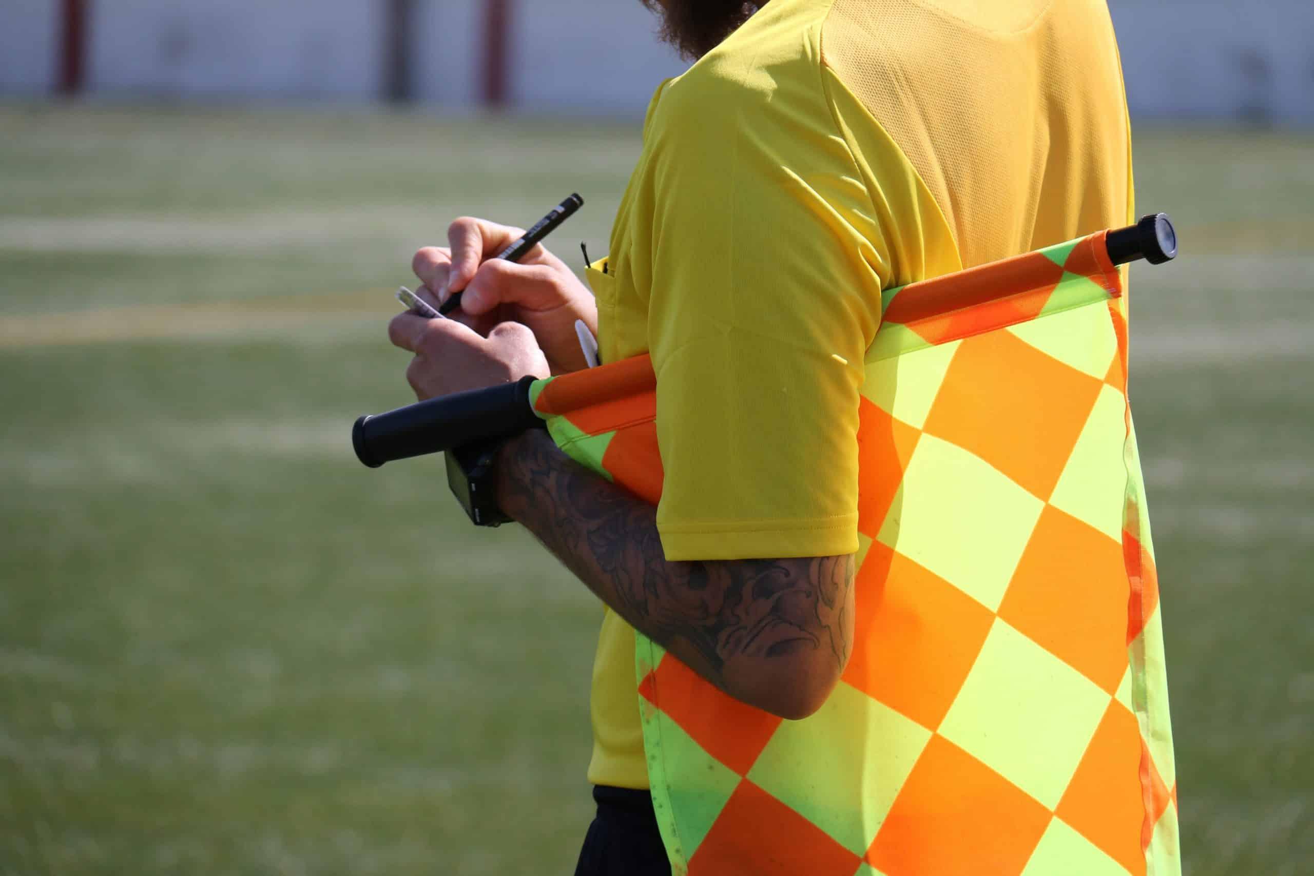 Nie tylko gwizdek – obowiązkowe wyposażenie sędziego piłkarskiego