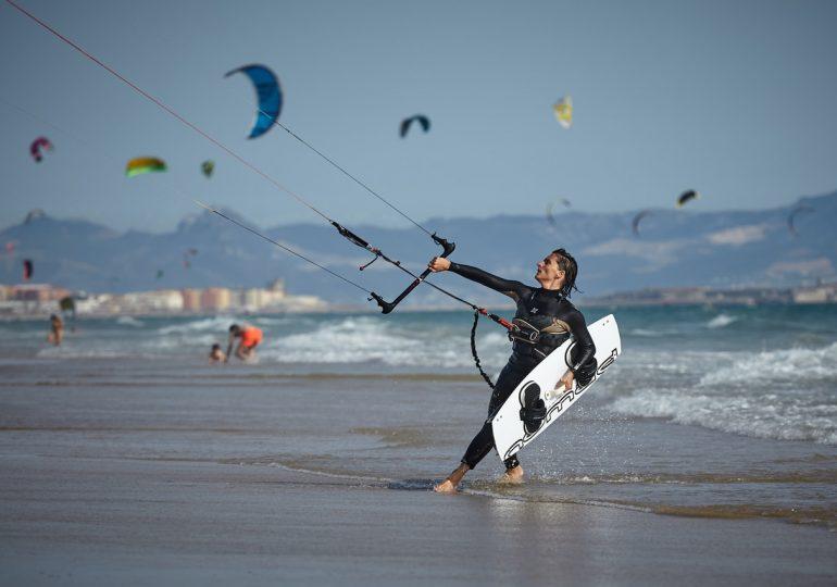 Czym jest kite foil oraz kitesurfing oraz co jest potrzebne do tych sportów?