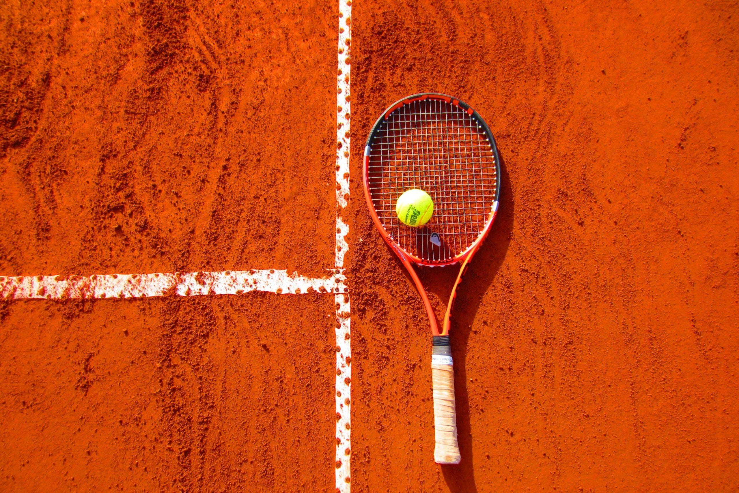 Tenis ziemny bez tajemnic: jak doskonalić odbicie forhendem?